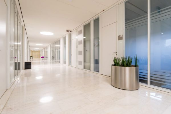 VITTONE - verlichting blikvanger in kantoor van architect