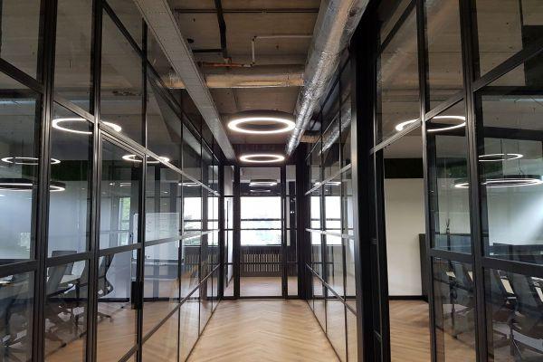 Vergaderruimte - GAUDI 70 lijn armaturen in vergaderzaal